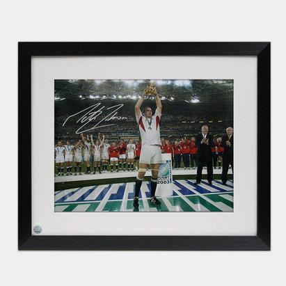 -- Photo encadrée de Martin sur le podium Johnson avec signature du joueur Anglais